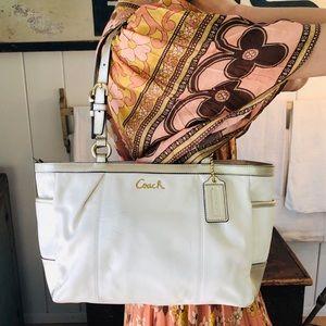 ♥️ Coach ♥️ White & Gold Leather Shoulder Bag